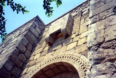 Балкон, с которого был спущен апостол Павел